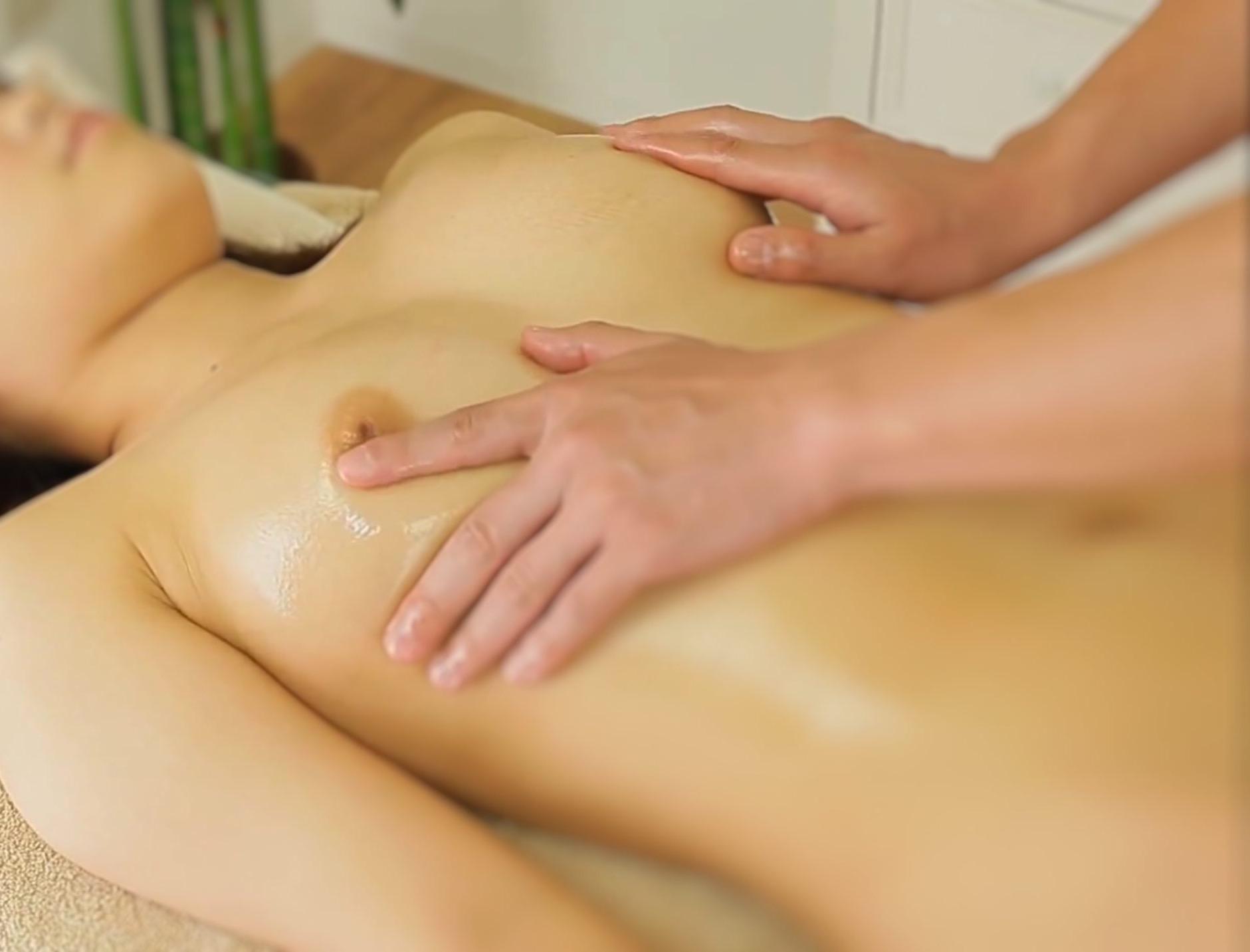 乳首が感じる女性へのオイルマッサージです。写真で解説です。